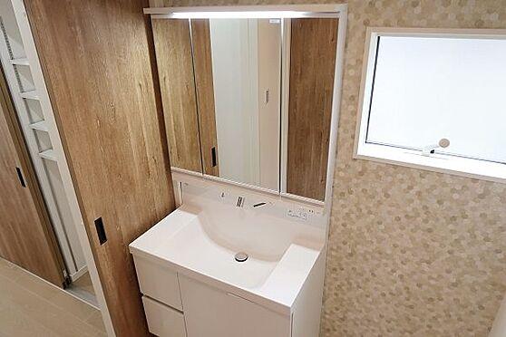戸建賃貸-多摩市聖ヶ丘3丁目 1階洗面化粧台、三面鏡裏収納になっています。