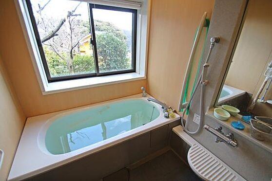 中古一戸建て-熱海市伊豆山 大きな気密性の高い窓があり、景色もお楽しみ頂けます。温泉が利用出来ます。