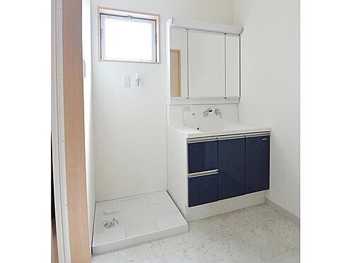 アパート-大阪市生野区鶴橋3丁目 【洗面室】明るく清潔な印象の洗面室です。毎日の身支度に便利な三面鏡付き。洗面化粧台下部には収納スペースがあり、化粧品や洗濯用品などを置いておくことができます。洗濯機の配置が可能な洗面室です。
