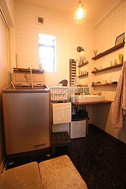 中古一戸建て-大和高田市三和町 キッチンから直接出入りできる便利な間取りです大きな洗濯機も無理なく設置して頂けます。