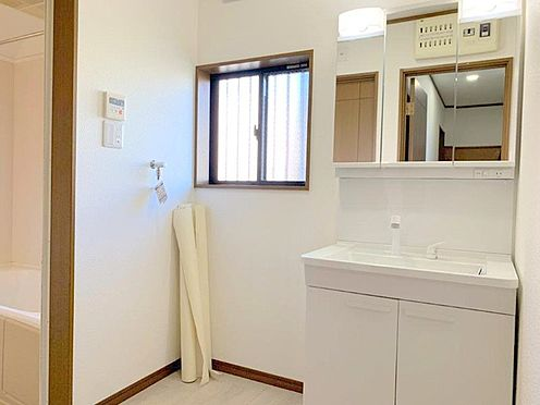 中古一戸建て-八王子市堀之内 収納力と機能性に優れた洗面化粧台。お手入れも楽々です。