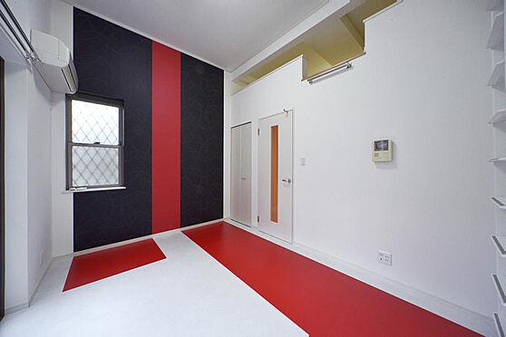 アパート-町田市原町田2丁目 黒と赤色のアクセントがクールな洋室。