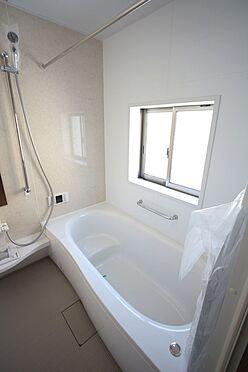 新築一戸建て-大和高田市大字有井 1坪サイズのゆったりした浴室で足を伸ばしておくつろぎ下さい。浴室乾燥機付きで雨の日のお洗濯も安心です。(同仕様)