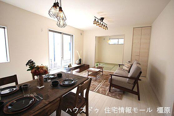 戸建賃貸-磯城郡田原本町大字阪手 和室と合わせて20.5帖の大きな空間。お客様が大勢いらしてもゆったりおくつろぎ頂けます。