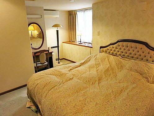 中古マンション-北佐久郡軽井沢町大字長倉 1階の洋室には造りつけのカウンターもあり鏡台として使用されています。