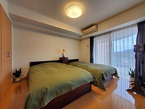 中古マンション-足柄下郡湯河原町宮上 7.2帖の広さの寝室は、大きめのベッドを二つ並べても御覧の様にゆったり感が感じられます。