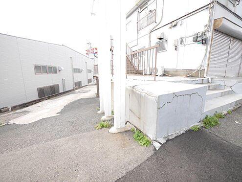 店舗・事務所・その他-北九州市小倉北区霧ケ丘3丁目 建物裏側、1階部分へ行く道です。