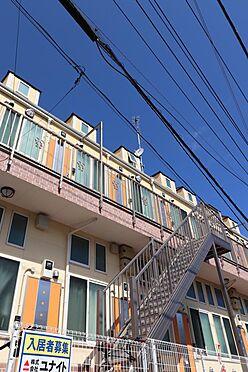 アパート-横浜市鶴見区東寺尾1丁目 階段部分の様子。南東向き、接面道路より3m高となります。