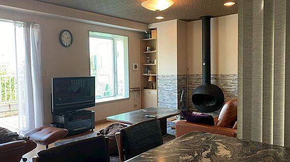 リゾートマンション-熱海市熱海 メインのリビングダイニングスペース。約17.5帖あります。