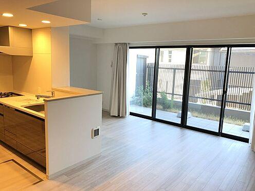 中古マンション-尾張旭市印場元町1丁目 大きな窓が印象的なLDKです。明るい日差しが室内に差し込みます。