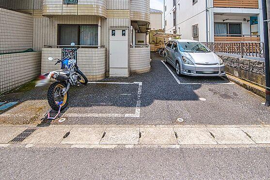 アパート-浦安市富士見2丁目 バイク置場と駐車場(1台)があります。