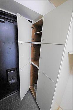マンション(建物一部)-北九州市八幡西区陣原2丁目 収納棚があり余分な物を置かなくて良いので、玄関がすっきり使えます。