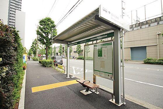 中古マンション-品川区東品川5丁目 目の前はバス停で、品川駅まで12分くらいでいきます。