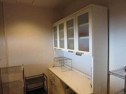 リゾートマンション-熱海市伊豆山 壁面に合わせておかれた食器棚はとても使い勝手が良いので応相談。
