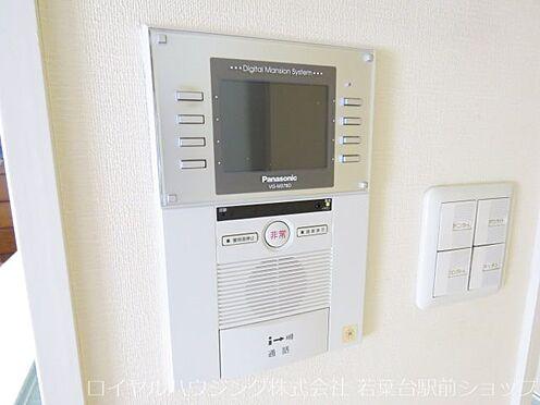 中古マンション-川崎市高津区新作5丁目 エントランスにはモニター付オートロックが付いているので安心できます。