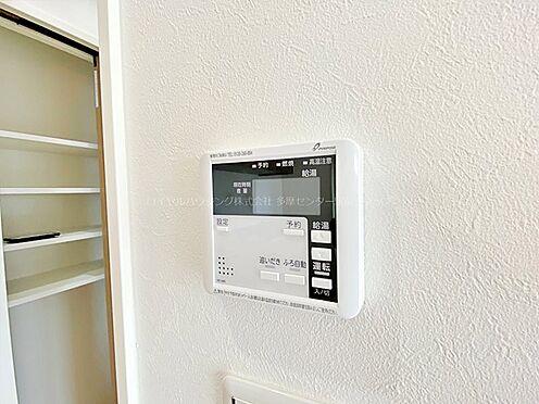 戸建賃貸-多摩市聖ヶ丘3丁目 給湯器リモコン。キッチンにいながら指一本で追炊き、お湯張りが出来ます。