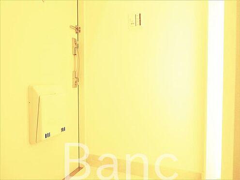 中古マンション-世田谷区上北沢4丁目 玄関照明は人感センサー付き照明で暗い時でも自動で点灯、夜暗い中スイッチを手探りで探さなくても大丈夫ですね