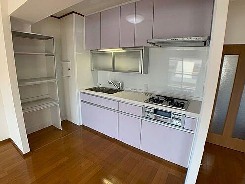 中古マンション-名古屋市天白区八事山 キッチンの隣に便利な収納棚あり!