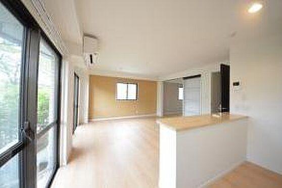 マンション(建物全部)-八王子市松木 日差しの差し込む開放感のあるリビングです。101のお部屋になります。