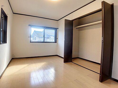戸建賃貸-西尾市横手町溝東 洋室にクローゼット、和室に押入れとファミリー向けならではの収納力!