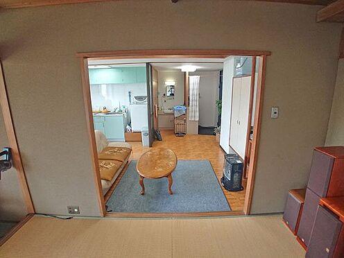 中古マンション-伊東市岡 和室からリビングダイニングスペースを撮影しました。
