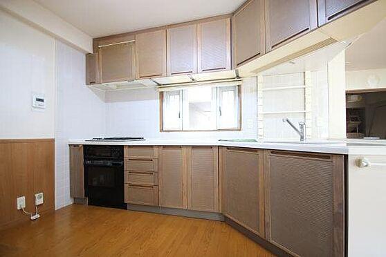 中古マンション-田方郡函南町平井 キッチンスペースはとても広く、冷蔵庫や棚を置いても悠々した空間を確保出来ます。
