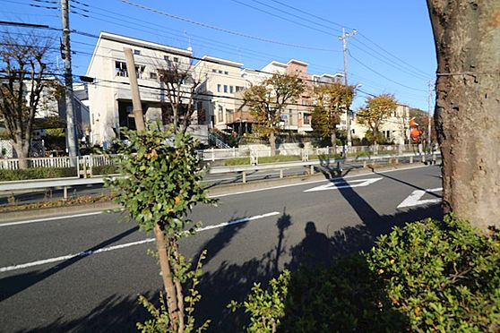中古一戸建て-八王子市鑓水 リビングは前面バス通りよりも高い位置になるので音も目線も気になりません。