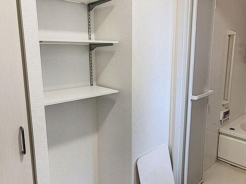 戸建賃貸-知多郡東浦町大字緒川字組田 洗面所に物入が付いているので、日用品のストックに便利です!