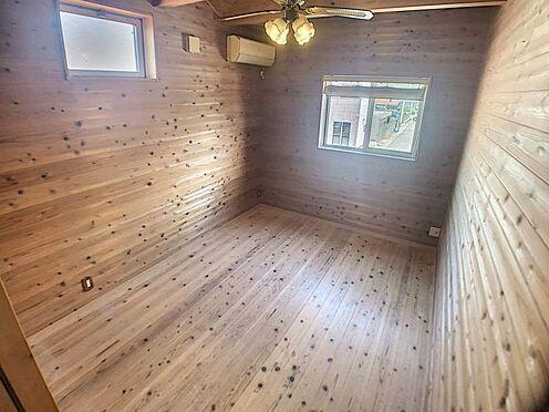 戸建賃貸-名古屋市西区清里町 無垢材のフローリングが暖かみのある室内に。明るい寝室で心地のいい朝を迎えられそう。