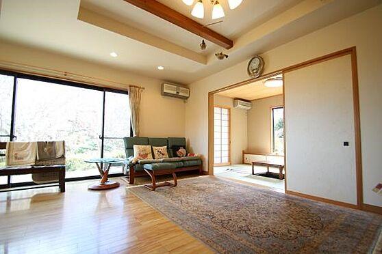 中古一戸建て-熱海市伊豆山 暖かい床色と高い天井と開放感があるリビング。。三面方向に開放窓があります。