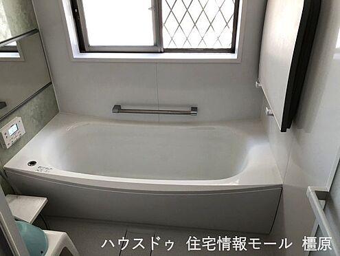 戸建賃貸-桜井市大字粟殿 ゆったりサイズの浴室で足を伸ばしておくつろぎ下さい。タン一つでお湯はり等の操作ができるオートバス機能付きです