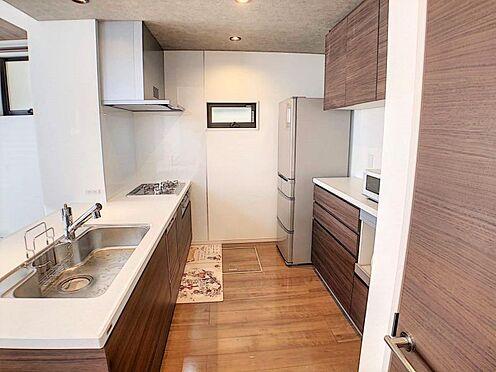 戸建賃貸-江南市高屋町十六田 広々としたキッチンスペース。備え付けのカップボードもございます。
