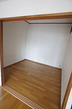 マンション(建物全部)-柏市東中新宿4丁目 リビング内の洋室です。3枚扉を開けっぱなしにして広くお使いいただくことも出来ます。