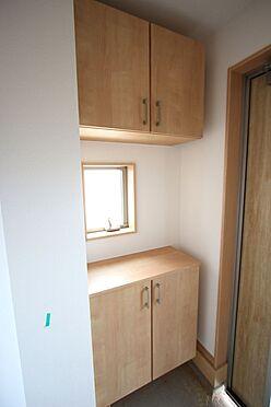 新築一戸建て-大和高田市大字有井 大容量のシューズボックスは40足程度入ります。散らかりがちな場所の整理に役立ちます