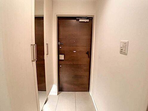 区分マンション-名古屋市中川区助光2丁目 玄関には全身鏡付きシューズインクローク完備♪