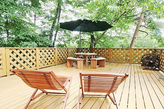 中古一戸建て-北佐久郡軽井沢町大字長倉 デッキからの目線。軽井沢の緑で癒されてください。木材はサイプラス、大変強固で長持ちする素材。