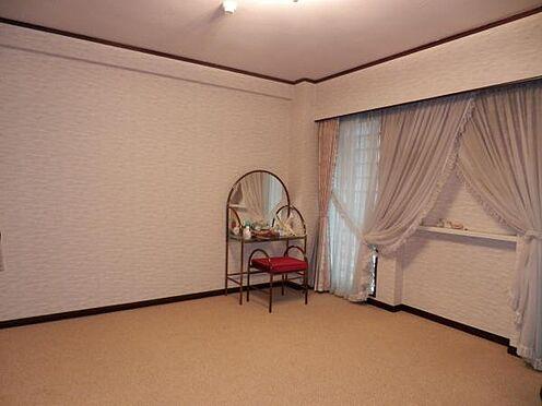 中古マンション-伊東市富戸 洋室約9.7帖の広々とした洋室です。