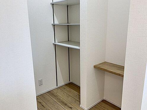 新築一戸建て-知多郡東浦町大字石浜字須賀 キッチン裏にはうれしいパントリー収納を備えています。