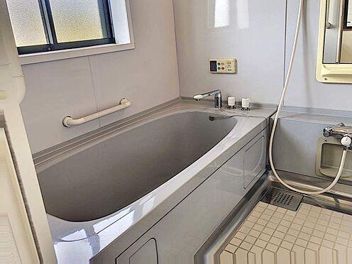 戸建賃貸-西尾市下羽角町郷内 2階浴室は窓もあり換気もできます。浴槽も広いです。
