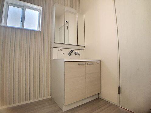 新築一戸建て-西尾市伊藤2丁目 水ハネを防止する一体型のカウンター。散らかりがちな洗面台もすっきりと収納できるスペースがあります。