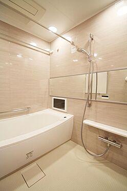 区分マンション-文京区白山2丁目 充実の設備仕様をもつ、ゆとりあるバスルーム。