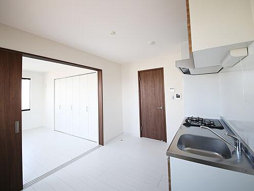 アパート-東大阪市小若江1丁目 引き戸開けると約11.7帖のリビング・ダイニング・キッチンとしても使える空間。