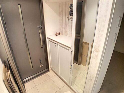 中古マンション-豊田市前山町3丁目 白の木目が素敵な玄関です。姿見もございます♪