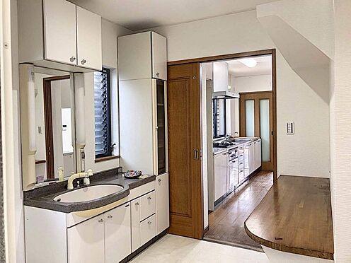 戸建賃貸-西尾市下羽角町郷内 洗面台は広く収納豊富です。