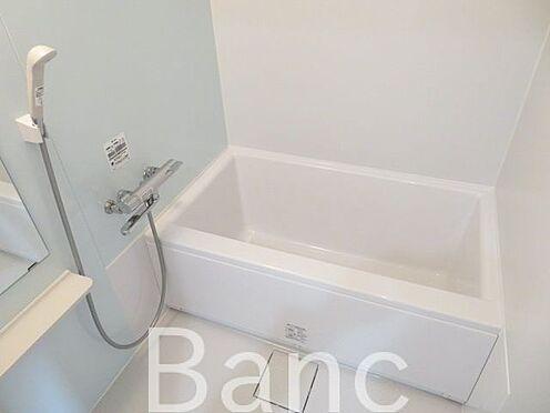 中古マンション-目黒区下目黒3丁目 シンプルなバスルーム お気軽にお問合せくださいませ。