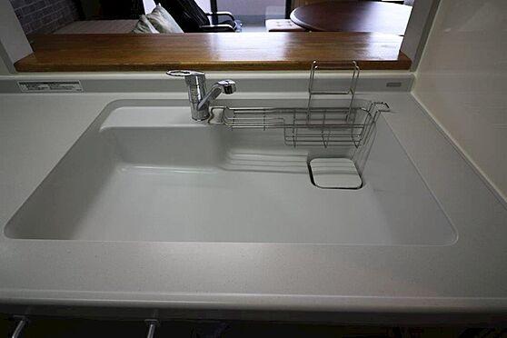 中古マンション-八王子市下柚木2丁目 交換済みのキッチン。人造大理石と食洗機、静音型のシンクを採用