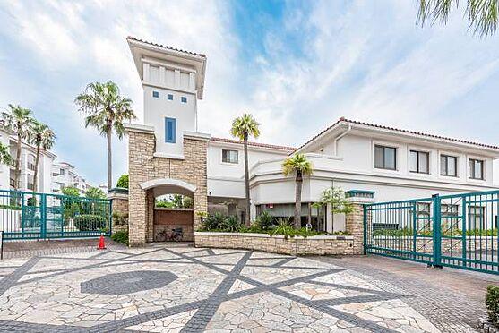 マンション(建物一部)-茅ヶ崎市東海岸南6丁目 ■ 外観 ■ 最上階かつ角部屋の理想の組み合わせ。海と富士山が望める、リゾート感あふれる白壁のマンション。ゆったりとした空間が流れるセカンドハウスを持ちたい方にぴったりです。
