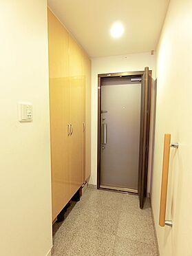 中古マンション-八王子市松木 大きな玄関収納がついており、収納スペースは豊富です。