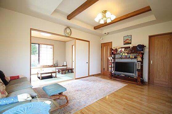 中古一戸建て-熱海市伊豆山 天井高く、梁をみせるこだわり。床も綺麗な木目をしたピカピカのフローリング。