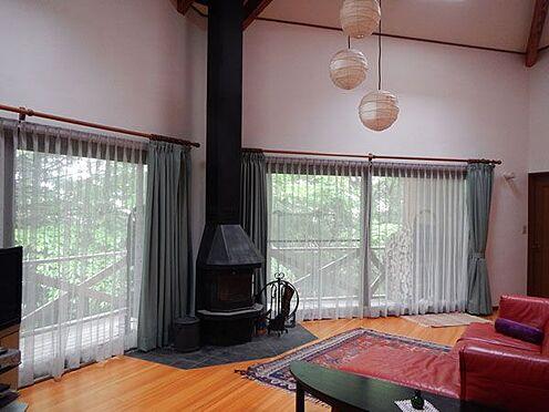 戸建賃貸-北佐久郡軽井沢町大字軽井沢 開放的なリビングです。デッキと一体でオープンな空間です。